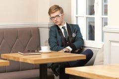 Młody przystojny elegancki mężczyzna w kawiarni z kawą Zdjęcie Stock