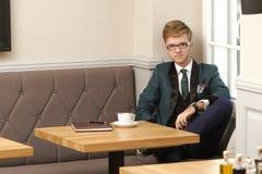 Młody przystojny elegancki mężczyzna w kawiarni z kawą Zdjęcia Stock