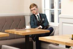 Młody przystojny elegancki mężczyzna w kawiarni z kawą Obrazy Stock