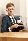 Młody przystojny elegancki mężczyzna w kawiarni z kawą Fotografia Stock