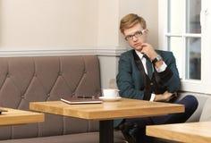Młody przystojny elegancki mężczyzna w kawiarni z kawą Obrazy Royalty Free