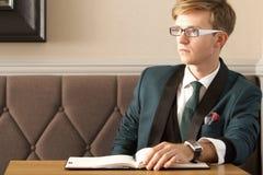 Młody przystojny elegancki mężczyzna w kawiarni z organizatorem Obraz Royalty Free