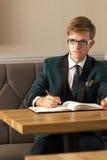 Młody przystojny elegancki mężczyzna w kawiarni z organizatorem Zdjęcie Royalty Free