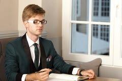 Młody przystojny elegancki mężczyzna w kawiarni z organizatorem Obrazy Stock