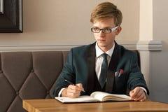 Młody przystojny elegancki mężczyzna w kawiarni z organizatorem Obraz Stock