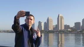 Młody Przystojny mężczyzna Bierze Selfie Zwolnione tempo, 4k zbiory