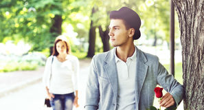 Młody przystojny mężczyzna czekanie dla jego dziewczyny w parku Zdjęcia Royalty Free