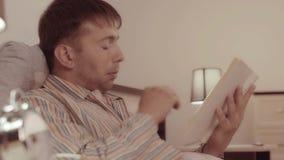 Młody przystojny mężczyzna dotyka opowieścią czyta zbiory