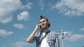 Młody przystojny mężczyzna opowiada na telefonie zbiory wideo