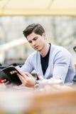 Młody przystojny mężczyzna patrzeje menu obraz royalty free