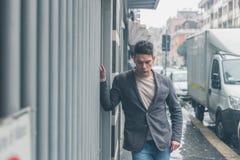 Młody przystojny mężczyzna pozuje w miasto ulicach Obrazy Royalty Free