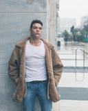 Młody przystojny mężczyzna pozuje w miasto ulicach Obrazy Stock