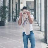 Młody przystojny mężczyzna pozuje w miasto ulicach Zdjęcia Royalty Free