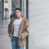 Młody przystojny mężczyzna pozuje w miasto ulicach Zdjęcie Stock
