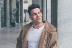 Młody przystojny mężczyzna pozuje w miasto ulicach Obraz Royalty Free