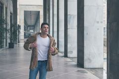 Młody przystojny mężczyzna pozuje w miasto ulicach Zdjęcia Stock