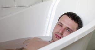Młody przystojny mężczyzna relaksuje w balii zbiory wideo
