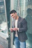 Młody przystojny mężczyzna stacza się papieros Fotografia Stock