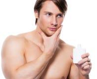Młody przystojny mężczyzna stosuje płukankę Zdjęcie Royalty Free