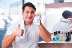 Młody przystojny mężczyzna stosuje twarzy śmietankę Obraz Stock