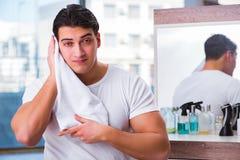 Młody przystojny mężczyzna stosuje twarzy śmietankę Zdjęcie Stock