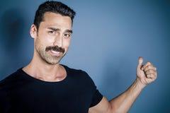 Młody przystojny mężczyzna z brody i wąsy studia portretem obrazy stock