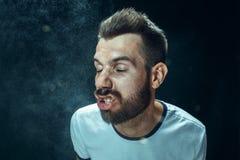 Młody przystojny mężczyzna z brody kichnięciem, pracowniany portret obrazy royalty free