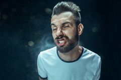 Młody przystojny mężczyzna z brody kichnięciem, pracowniany portret zdjęcie royalty free