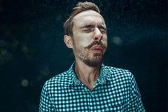 Młody przystojny mężczyzna z brody kichnięciem, pracowniany portret fotografia royalty free