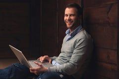 Młody przystojny mężczyzna z laptopem w miastowym tle Zdjęcia Royalty Free
