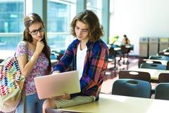 Młody przystojny męski żeński uczeń przy szkołą wyższa Zdjęcia Stock
