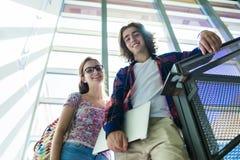 Młody przystojny męski żeński uczeń przy szkołą wyższa Zdjęcia Royalty Free