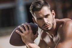 Młody przystojny męski gracz futbolu z piłką Fotografia Royalty Free