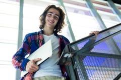 Młody przystojny męski uczeń przy szkołą wyższa Zdjęcia Royalty Free