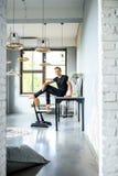 Młody przystojny tancerz relaksuje w loft stylu mieszkaniu zdjęcie royalty free