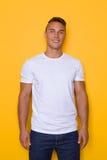 Młody Przystojny Uśmiechnięty mężczyzna W Białej koszulce fotografia stock