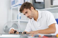 Młody Repairman Instaluje indukci kuchenkę W kuchni zdjęcie royalty free