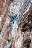Młody Rockowego arywisty ściany prowadzenia wstępujący stromy kolorowy skalisty pięcie fotografia royalty free