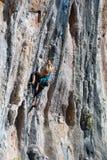 Młody Rockowego arywisty ściany prowadzenia wstępujący stromy kolorowy skalisty pięcie obraz royalty free