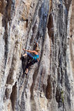 Młody Rockowego arywisty ściany prowadzenia wstępujący stromy kolorowy skalisty pięcie fotografia stock