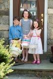 Młody rodzeństwa Outside Ubierał Up dla Wielkanocnych mienie koszy Zdjęcie Royalty Free