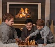 Młody rodzinny bawić się szachy Zdjęcia Royalty Free