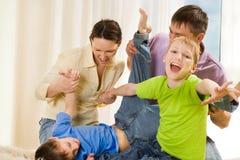 Młody rodzinny bawić się zabawy zdjęcia stock