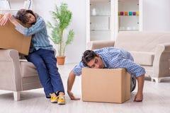 Młody rodzinny chodzenie wewnątrz nowy mieszkanie po płacić daleko hipotekę Zdjęcie Stock