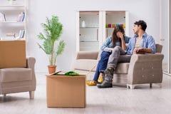 Młody rodzinny chodzenie wewnątrz nowy mieszkanie po płacić daleko hipotekę Obraz Royalty Free