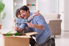 Młody rodzinny chodzenie wewnątrz nowy mieszkanie po płacić daleko hipotekę Obraz Stock