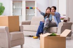Młody rodzinny chodzenie wewnątrz nowy mieszkanie po płacić daleko hipotekę Zdjęcie Royalty Free