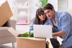 Młody rodzinny chodzenie wewnątrz nowy mieszkanie po płacić daleko hipotekę Obrazy Royalty Free
