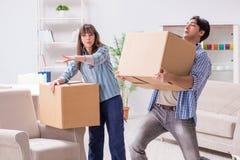 Młody rodzinny chodzenie wewnątrz nowy mieszkanie po płacić daleko hipotekę Fotografia Royalty Free