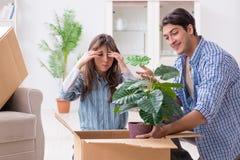 Młody rodzinny chodzenie wewnątrz nowy mieszkanie po płacić daleko hipotekę Fotografia Stock